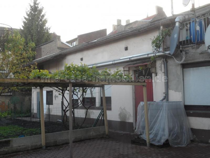 Wohn- und Geschäftshaus mit eingerichtetem Imbiss